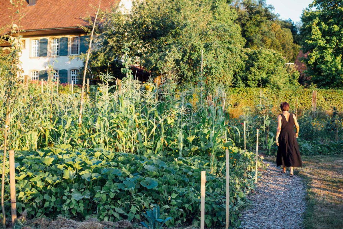 Michèle druchschreitet den Garten