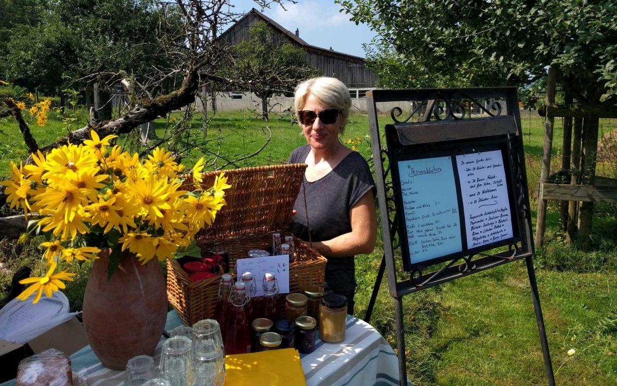 Lisa präsentiert Produkte aus dem Garten.