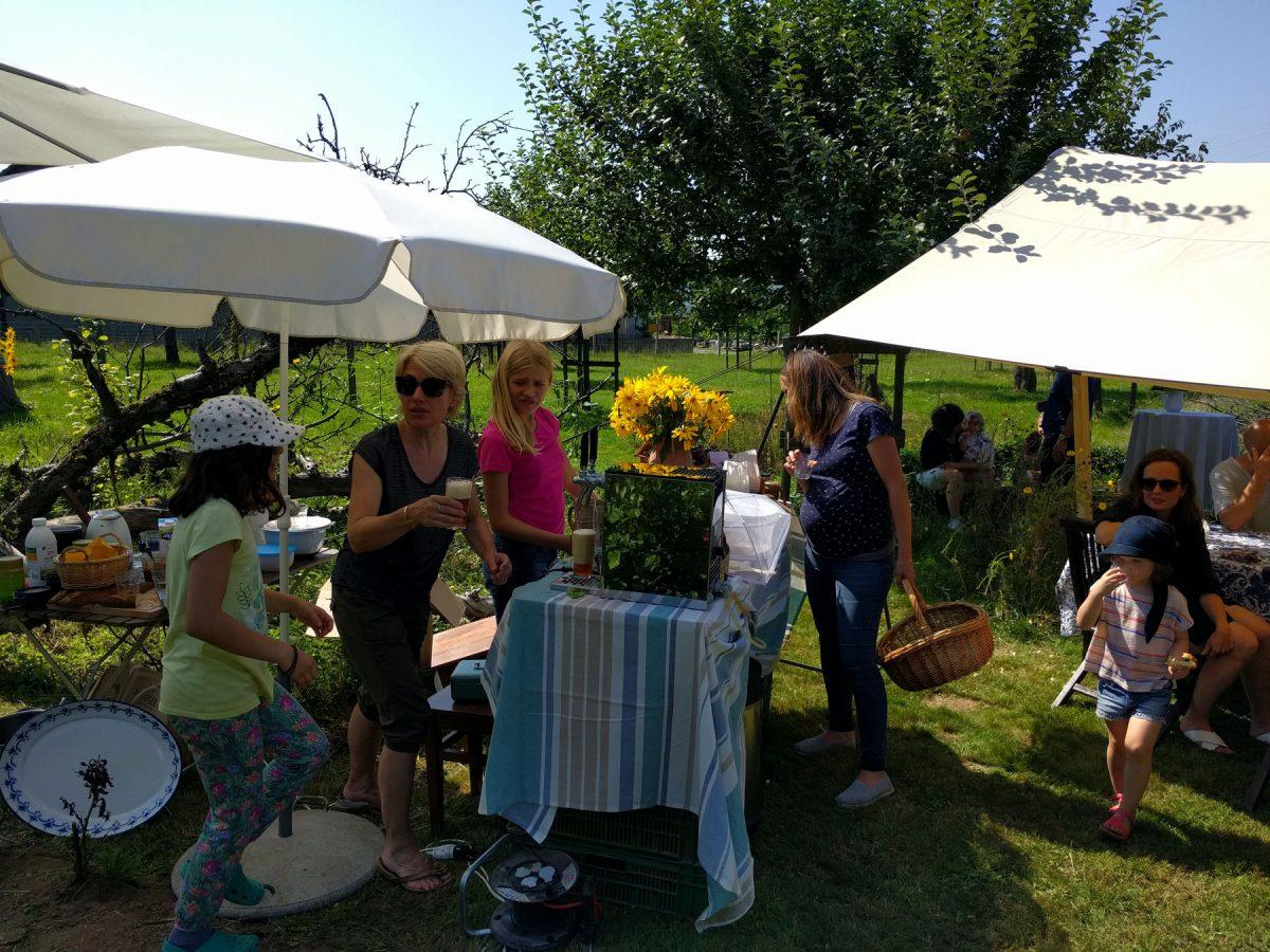 Besucher und Gärtner verköstigen sich am Tag der offenen Tür.